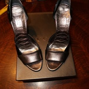 GUCCI PATENT LEATHER HEELS SIZE 6.5 BLACK SILVER